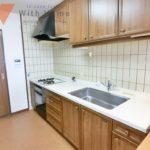 室内(2020年06月)撮影 三口コンロのシステムキッチンにはグリルとオーブン付きで料理がはかどります(キッチン)