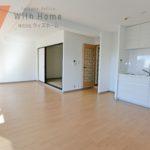 背面キッチンで家具の配置がしやすくリビングのスペースを広く使えます(居間)