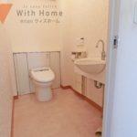 広いスペースのあるトイレ タンクレスで背面スッキリ♪(内装)